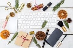 Weihnachtsweiblicher Desktop mit Weihnachtsdekorationen und -schönheit Lizenzfreie Stockbilder
