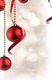 Weihnachtsweißer Hintergrund mit roten Bällen und Band hängendem ver Stockfotografie