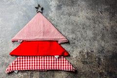 Weihnachtsweihnachtslebensmittelhintergrund mit Kopienraum Der Weihnachtsbaum, der von den Küchenservietten gemacht werden und di Lizenzfreies Stockbild