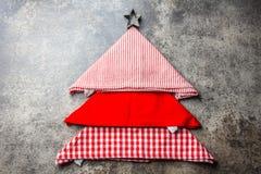 Weihnachtsweihnachtslebensmittelhintergrund mit Kopienraum Der Weihnachtsbaum, der von den Küchenservietten gemacht werden und di Stockfotografie