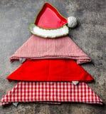 Weihnachtsweihnachtslebensmittelhintergrund mit Kopienraum Weihnachtsbaum gemacht von den Küchenservietten und von der roten Plat Stockbild
