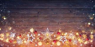 Weihnachtsweinlese-Karte - Dekoration und Lichter stockfotografie
