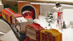 Weihnachtsweinlese-Spielzeugdorf Miniaturzüge stock video