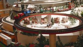 Weihnachtsweinlese-Spielzeugdorf Miniaturzüge stock footage