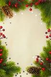 Weihnachtsweinlesefeld mit Tanne und Stechpalmebeere Stockfotos