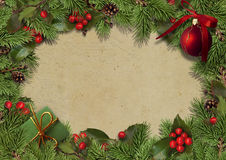 Weihnachtsweinlesehintergrund mit Tannenzweigen und Stechpalme Stockbild