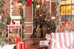 Weihnachtsweinleseinnenraum mit Baum, Holz, Kästen und Spielwaren Stockfotos