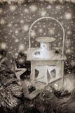 Weihnachtsweinleselaterne in der schneebedeckten Nacht im Sepia Lizenzfreies Stockbild