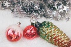 Weihnachtsweinlesespielwaren mit Flitter auf weißer Beschaffenheit Beschneidungspfad eingeschlossen lizenzfreies stockfoto