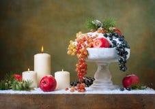 Weihnachtsweinlesestillleben mit Äpfeln Lizenzfreies Stockfoto