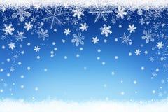 Weihnachtswinter-Schneelandschaft auf blauem Hintergrund mit silbernen Schneeflocken Stockfoto
