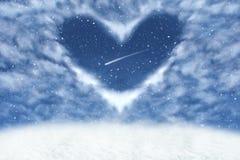 Weihnachtswinterhintergrund mit Wolken im Herzrahmen Glücklicher und Liebeshintergrund lizenzfreies stockfoto