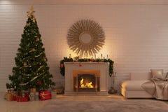 Weihnachtswohnzimmer mit Kamin, Baum und Geschenken Lizenzfreies Stockbild
