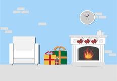 Weihnachtswohnzimmerinnenraum mit Kamin, weißer Lehnsessel Stockfoto