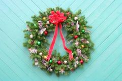 WeihnachtsWreath auf Grün Stockfoto