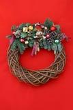 WeihnachtsWreath auf Rot Lizenzfreie Stockfotos