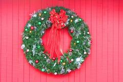 WeihnachtsWreath auf Rot Lizenzfreie Stockbilder