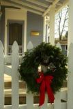 Weihnachtswreath auf weißem Pfostenzaun Stockbilder