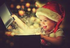 Weihnachtswunder, magische Geschenkbox und Kinderbaby Lizenzfreies Stockfoto