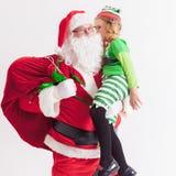 Weihnachtswunsch 2016 Weihnachtsmann und kleines Mädchen Sagen von Wünschen Stockbild