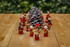 Weihnachtszahlen um ein pinecone Stockfotografie