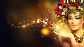 Weihnachtszauber Schönheitsmodell über Feiertag unscharfem Hintergrund lizenzfreies stockfoto