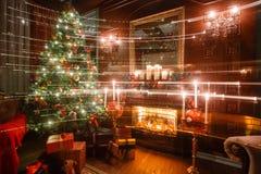 Weihnachtszauber- und Märchenabend durch Kerzenlicht klassische Wohnungen mit einem weißen Kamin, verzierter Baum, Sofa Stockfoto