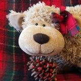 """Weihnachtszeit †""""lustiges Spielzeug-Affegesicht mit warmem rotem Plaidhintergrund Stockbilder"""