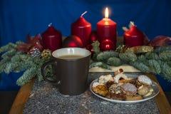 Weihnachtszeit - avènement d'erster - brennene Kerze image stock