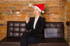 Weihnachtszeit im Büro Junge schöne blonde Geschäftsfrau auf Ledercouch Die goldene Taste oder Erreichen für den Himmel zum Eigen Lizenzfreies Stockbild