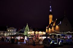 Weihnachtszeit in Tallinn, Estland Weihnachtsmarkt in der alten Stadt Lizenzfreie Stockfotografie