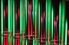 Weihnachtszusammenfassung: Vertikale Streifen des roten und grünen Lichtes, das einen Feiertags-Hintergrund bildet Stockfoto