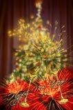 Weihnachtszusammenfassungs-Unschärfehintergrund mit verziertem und beleuchtetem Christus Lizenzfreie Stockfotografie