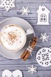 Weihnachtszusammensetzung auf einem grauen Hintergrund Cappuccino mit Zimt- und Weihnachtsbaumdekorationen Beschneidungspfad eing Lizenzfreie Stockbilder