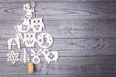 Weihnachtszusammensetzung auf einem grauen Hintergrund Weihnachtsbaum bestanden aus hölzernen Weihnachtsdekorationen Draufsicht,  Stockfotos