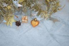 Weihnachtszusammensetzung auf einem Hintergrund des Eises Lizenzfreies Stockfoto