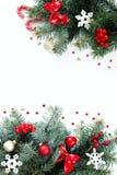 Weihnachtszusammensetzung auf einem weißen Hintergrund mit Weihnachtsbaumasten stockfoto