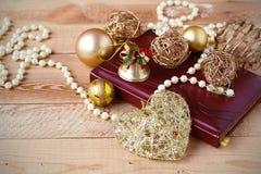 Weihnachtszusammensetzung auf hölzernem Hintergrund in der Weinleseart Stockbild