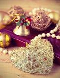 Weihnachtszusammensetzung auf hölzernem Hintergrund in der Weinleseart Lizenzfreies Stockfoto