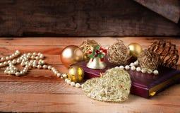 Weihnachtszusammensetzung auf hölzernem Hintergrund in der Weinleseart Lizenzfreie Stockfotografie