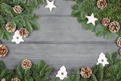 Weihnachtszusammensetzung auf hölzernem Hintergrund mit Weihnachtsbaum a Lizenzfreies Stockfoto