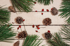 Weihnachtszusammensetzung auf weißem Holztisch Stockfoto