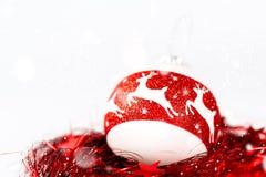 Weihnachtszusammensetzung in den weißen und roten Farben Stockfotografie