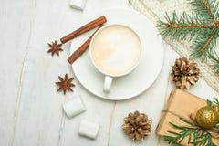 Weihnachtszusammensetzung in der skandinavischen Art Weihnachtsgeschenke, Kaffee mit Eibischen, Kiefernkegel, Fichtenzweige auf e lizenzfreie stockfotografie