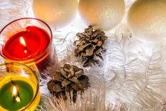 Weihnachtszusammensetzung des weißen Schmucks Lametta, Kegel, Laternen und Kerzen Schnee der weißen Weihnacht Glänzende Feiertags lizenzfreie stockfotos