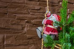 Weihnachtszusammensetzung eines Weihnachtsbaums und der Santa Clauss, die ein Seil klettern stockbild