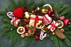 Weihnachtszusammensetzung gemacht von den Weinleseweihnachtenspielwaren und dem festi Lizenzfreies Stockfoto