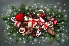 Weihnachtszusammensetzung gemacht von den Weinleseweihnachtenspielwaren und dem festi Lizenzfreie Stockfotografie
