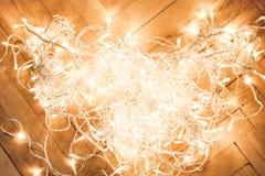 Weihnachtszusammensetzung mit dem Glühen beleuchtet Girlande auf einem alten antiq Stockbilder