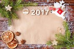 Weihnachtszusammensetzung mit der Anzahl Jahres 2017 auf Weinlesepapier im hohen des Rahmens Lizenzfreies Stockfoto